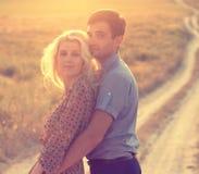 Couples dans d'amour l'été ensemble heureux Photos libres de droits