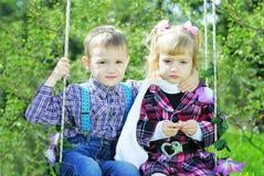 Couples dans de petits enfants d'amour sur le pré vert Images stock