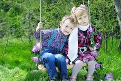 Couples dans de petits enfants d'amour sur le pré vert Photos libres de droits