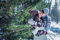 Couples dans des baisers d'amour en parc d'hiver Photo libre de droits