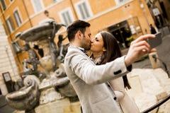 Couples dans des baisers d'amour et selfi de prises à Rome Photos libres de droits
