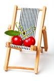 Couples dans des cherryes de love.red sur la présidence de plage Photographie stock
