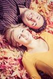 Couples dans des feuilles d'automne photo stock