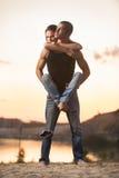 Couples dans des jeans sur la plage Images stock