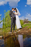 Couples dans des jeunes mariés d'amour ensemble dans le jour d'été nuptiale Images libres de droits