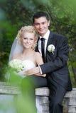 Couples dans des jeunes mariés d'amour ensemble dans le jour d'été nuptiale Photo libre de droits