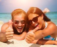 Couples dans des lunettes de soleil sur la plage Image libre de droits