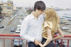 Couples dans des mains de fixation d'amour Image stock