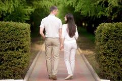 Couples dans des mains de fixation d'amour Image libre de droits
