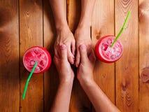 Couples dans des mains de fixation d'amour Photographie stock libre de droits
