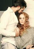 Couples dans des mains de prise d'amour photo stock
