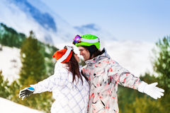 Couples dans des masques de ski regardant l'un l'autre heureusement Photo stock