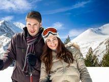 Couples dans des vêtements chauds sur des montagnes Images libres de droits
