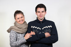 Couples dans des vêtements d'hiver Photo stock