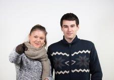 Couples dans des vêtements d'hiver Image stock