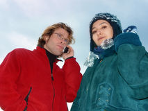 Couples dans des vêtements de l'hiver Photographie stock libre de droits