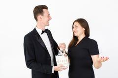 Couples dans des vêtements noirs avec le sourire décoratif de cellules Image stock