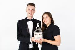 Couples dans des vêtements noirs avec le sourire décoratif de cellules Image libre de droits