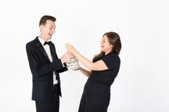 Couples dans des vêtements noirs avec le sourire décoratif de cellules Photo stock