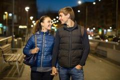 Couples dans fin de soirée dehors Photo stock