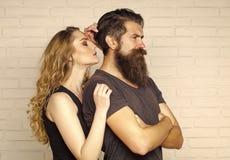 Couples dans l'étreinte d'amour sur le mur de briques blanc Photographie stock