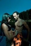Couples dans l'étreinte et le baiser sur le bateau Photo libre de droits