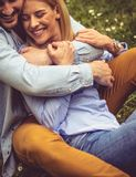 Couples dans l'étreinte forte Image stock