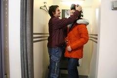 Couples dans l'ajustage de précision-pièce Photos libres de droits