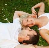 Couples dans l'amour à l'extérieur Photographie stock
