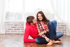 Couples dans l'amour à la maison détendant Photographie stock
