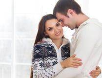 Couples dans l'amour à la maison détendant Photographie stock libre de droits