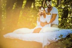Couples dans l'amour à la nature Concept caché de visage images libres de droits