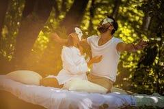 Couples dans l'amour à la nature Concept caché de visage image stock