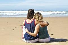 Couples dans l'amour à la plage Photographie stock
