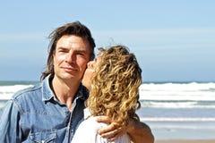 Couples dans l'amour à la plage Image stock