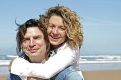 Couples dans l'amour à la plage Images libres de droits