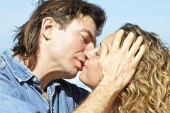 Couples dans l'amour à la plage Images stock