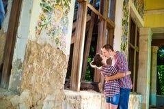 Couples dans l'amour à la vieille maison Images libres de droits