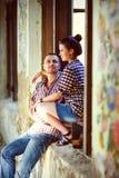 Couples dans l'amour à la vieille maison Image modifiée la tonalité Images libres de droits