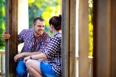 Couples dans l'amour à la vieille maison Image modifiée la tonalité Photographie stock