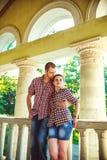 Couples dans l'amour à la vieille maison Image modifiée la tonalité Photo libre de droits