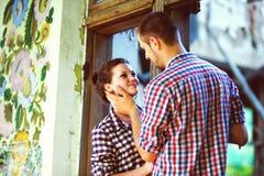 Couples dans l'amour à la vieille maison Image modifiée la tonalité Photographie stock libre de droits