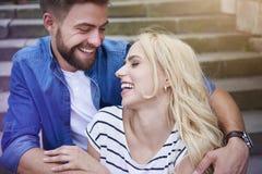 Couples dans l'amour à la ville Photographie stock libre de droits