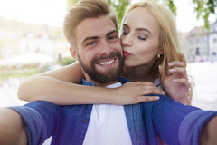 Couples dans l'amour à la ville Images stock