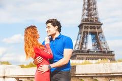 Couples dans l'amour à Paris avec Tour Eiffel sur le fond Photo libre de droits
