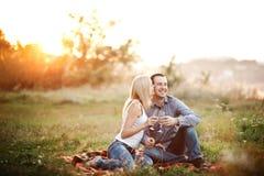 Couples dans l'amour à un parc de pique-nique Photos stock