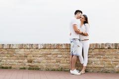 Couples dans l'amour étant près de l'un l'autre dehors Photos stock