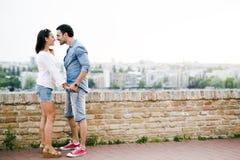 Couples dans l'amour étant près de l'un l'autre dehors Images stock