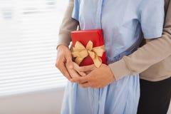 Couples dans l'amour Couples étreignant avec le présent enveloppé Photographie stock