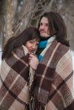 Couples dans l'amour étreignant dans la couverture Photo libre de droits